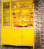 Kolorowy jaskrawy żółty Welsh dresser Obraz Royalty Free