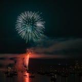 Kolorowy jaskrawy fajerwerk przy nocą przy lato czasem zdjęcia stock