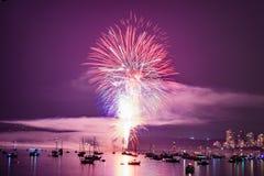 Kolorowy jaskrawy fajerwerk przy nocą przy lato czasem obrazy royalty free