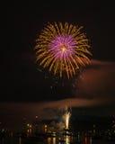 Kolorowy jaskrawy fajerwerk przy nocą przy lato czasem obraz stock