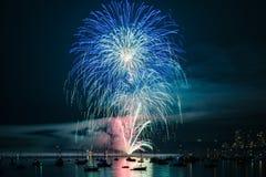 Kolorowy jaskrawy fajerwerk przy nocą przy lato czasem fotografia royalty free