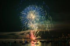 Kolorowy jaskrawy fajerwerk przy nocą przy lato czasem zdjęcia royalty free