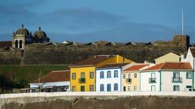 Kolorowy, jaskrawy widok domy, i fort w Angra robimy Heroismo zdjęcie royalty free