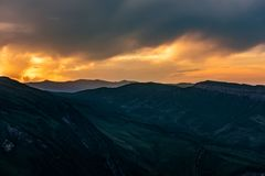 Kolorowy jaskrawy zmierzch w górach Obrazy Royalty Free