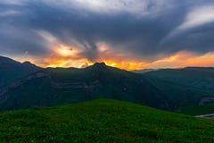 Kolorowy jaskrawy zmierzch w górach Obraz Royalty Free
