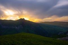 Kolorowy jaskrawy zmierzch w górach Obraz Stock