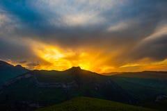 Kolorowy jaskrawy zmierzch w górach Zdjęcia Stock
