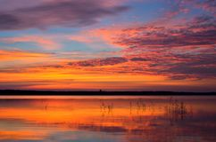 Kolorowy jutrzenkowy niebo nad jeziorem Fotografia Royalty Free