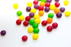 Kolorowy karmelu cukierek na białym tle fotografia royalty free