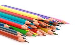 Kolorowy koloru ołówek układał w przekątny linii na białym tle Zdjęcia Stock