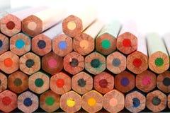 Kolorowy koloru ołówek układał w przekątny linii na białym tle Obrazy Stock