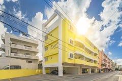 Kolorowy kompleks mieszkaniowy tęczy domu Ⅲ w pobliżu Amerykańskiej wioski w Chatan mieście Okinawa z kolorem żółtym i obraz royalty free