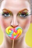 Kolorowy kręcony lizak i kolorowy mody makeup zdjęcie royalty free