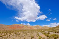 Kolorowy krajobraz przy Cuesta De Lipan jarem od Susques Purmamarca, Jujuy, Argentyna Zdjęcie Royalty Free