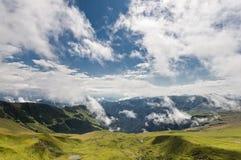 Kolorowy krajobraz z błękitnym chmurnym niebem w Rodnei górach Zdjęcia Stock