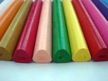 Kolorowy kredkowy kolor na białym papierze obraz stock