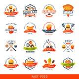 Kolorowy kreskówka fasta food etykietki logo odizolowywał restauracyjną smakowitą amerykańską cheeseburger odznaki mea posiłku we royalty ilustracja