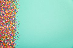 Kolorowy kropi na krawędzi zielony tło zdjęcie stock