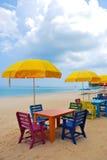 Kolorowy krzesło i stół z żółtym parasolem na plaży Zdjęcie Royalty Free