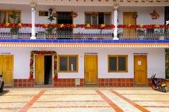 Kolorowy księdza ` s domowy Kołysać świątynię blisko Fotografia Royalty Free