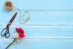 Kolorowy kwiatu bukiet na błękitnym drewnianym tle obrazy stock