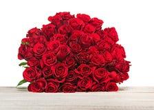 Kolorowy kwiatu bukiet od czerwonych róż odizolowywać na drewnianym backgr Obraz Stock