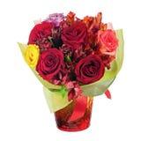 Kolorowy kwiatu bukiet w czerwonej wazie odizolowywającej na białym tle Obrazy Stock
