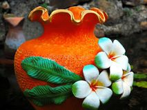 Kolorowy kwiatu garnek w ogródzie obrazy stock