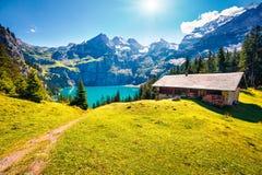 Kolorowy lato ranek na unikalnym Oeschinensee jeziorze Prześwietna plenerowa scena w Szwajcarskich Alps z Bluemlisalp górą, Kande obrazy stock