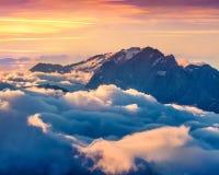 Kolorowy lato wschód słońca na mgłowej Val Di Fassa dolinie Zdjęcia Stock