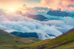 Kolorowy lato wschód słońca w mgłowej Val Di Fassa dolinie Fotografia Stock