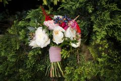 Kolorowy ślubny bukiet na zielonej trawie Obrazy Royalty Free