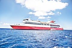 Kolorowy luksusowy statku projekt na morzu Zdjęcia Stock