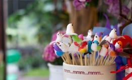Kolorowy mały niciany ptak w ceramicznej filiżance obraz royalty free