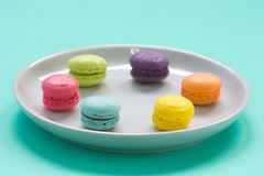 Kolorowy Macarons na naczyniu Fotografia Royalty Free