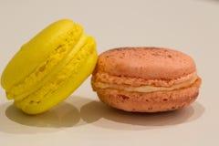 Kolorowy Macarons zachwyta francuski kolor żółty i menchie Fotografia Royalty Free