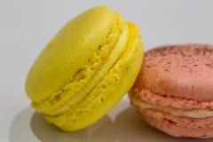 Kolorowy Macarons zachwyta francuski kolor żółty i menchie Obraz Royalty Free