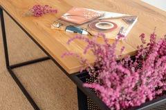 Kolorowy magazyn na drewnianym stole w eleganckim żywym pokoju nowożytny mieszkanie obraz royalty free