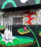 Kolorowy malowidło ścienne uliczna sztuka o lotosowym kwiacie, heliconia i amazonian florach, zdjęcia stock