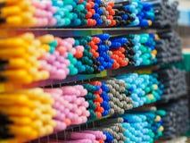 Kolorowy markiera pióra sztaplowanie na kramu Kolorowy pojęcie Obraz Stock