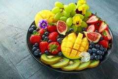 Kolorowy Mieszany Owocowy półmisek z mango, truskawką, czarną jagodą, kiwi i zieleni winogronem, zdrowa żywność Zdjęcie Stock