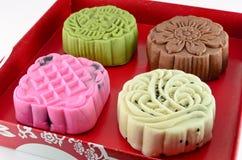 Kolorowy mooncake w czerwieni pudełku Obrazy Royalty Free
