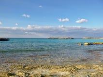 Kolorowy morze przy intymną wyspą zdjęcia royalty free