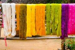 Kolorowy niciany jedwabiu barwidło od naturalnego koloru materiału Fotografia Royalty Free