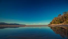 Kolorowy niebo i oceanu gładki odbicie w ranku czasie przed wschodem słońca Ocean prosta plażowa panorama Tajlandia Zdjęcia Stock