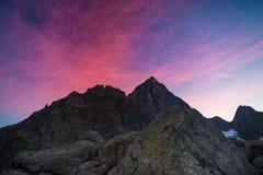 Kolorowy niebo poza skalisty halny szczyt na Włoskich Alps przy półmrokiem zdjęcia stock