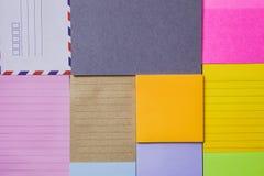 Kolorowy nutowy papier na stole Zdjęcia Stock