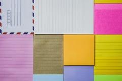 Kolorowy nutowy papier na stole Obrazy Stock