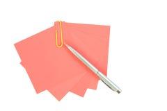 Kolorowy nutowy papier z klamerkami odizolowywać na białym tle Obrazy Royalty Free