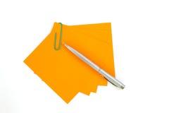 Kolorowy nutowy papier z klamerkami odizolowywać na białym tle Obraz Stock